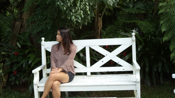 Emotera sa white bench at Antonio's, Tagaytay